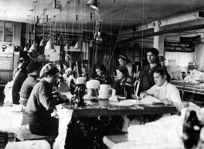 Женщины в швейном цеху. 1943 г.