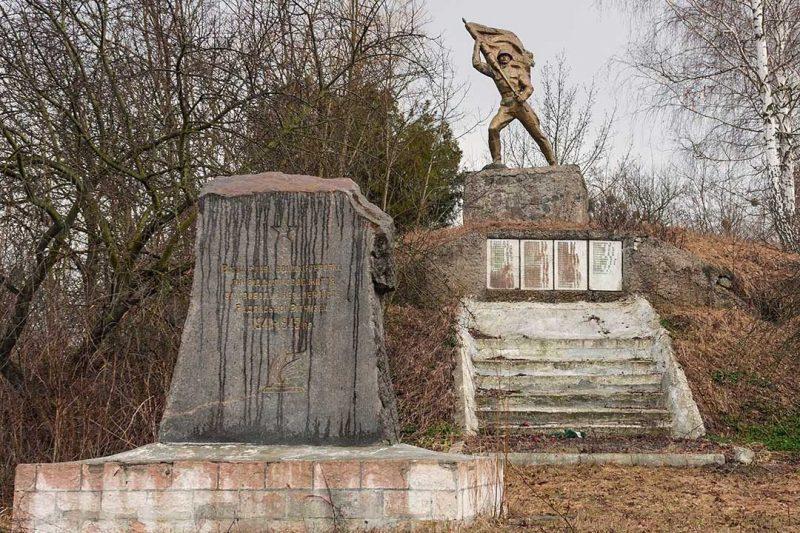 с. Чубовка Черкасского р-на. Памятник односельчанам, погибшим в годы войны.