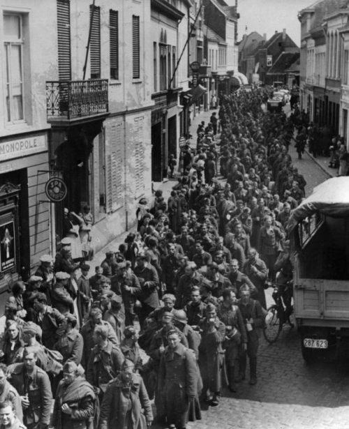 Колонны бельгийских пленных на марше. Май 1940 г.