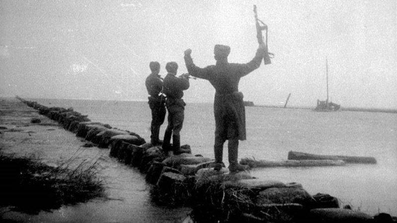 Советские бойцы на заливе Фриш Нерунг после разгрома противника. Апрель 1945 г.