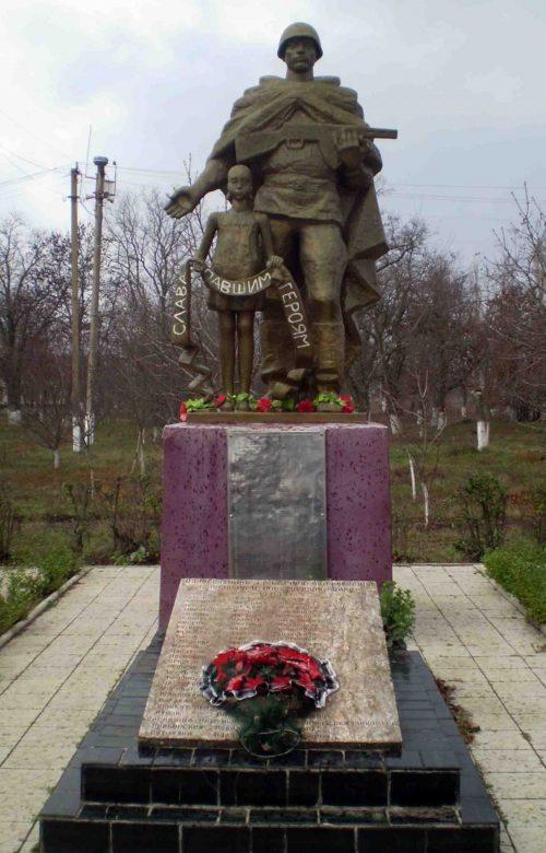 с. Грейгово Витовского р-на. Памятник, установленный на братской могиле советских воинов.