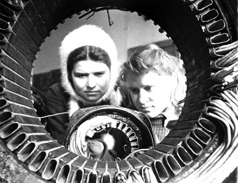 Подростки проходят производственную практику по обмотке электромоторов в учебно-производственном комбинате Мосгорсобеса. 1943 г.