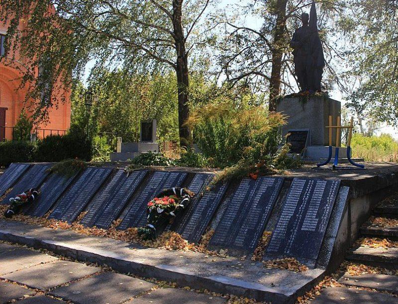 с. Яснозирье Черкасского р-на. Памятник, установленный на братской могиле 22 советских воинов – десантников.