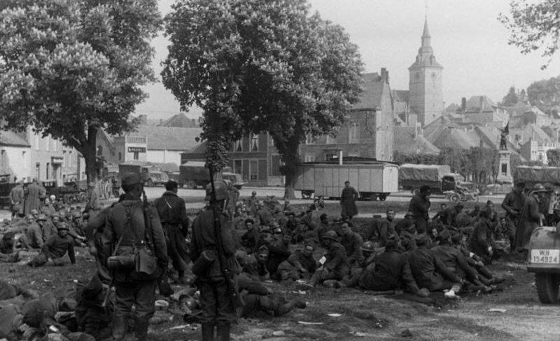 Французские и британские военнопленные, взятые в плен в ходе вторжения в Бельгию. Май 1940 г.