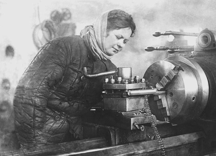 Токарь Барнаульского котельного завода В. Косырева за работой. 1943 г.