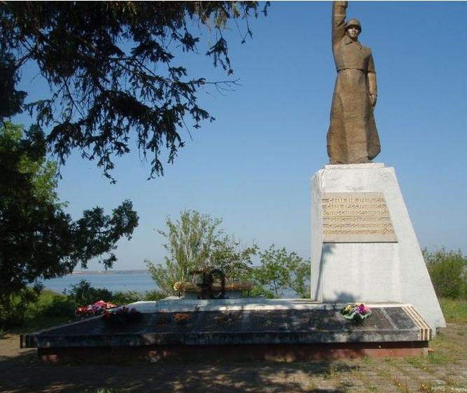 с. Лупарево Витовского р-на. Памятник, установленный братской могиле советских воинов.
