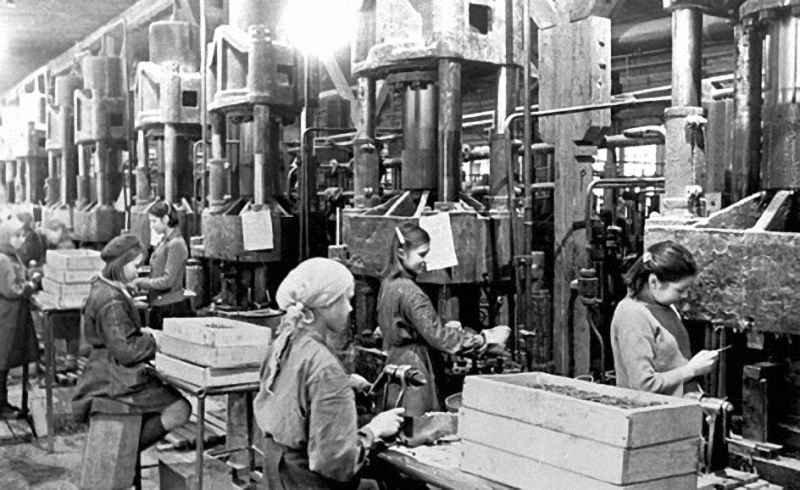 Женщины в цеху одного из Оренбургских заводов. 1943 г.