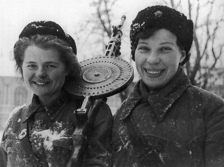 Девушки-пулеметчицы А. Гусева и М. Воронцова с истребительного батальона. Январь 1943 г.