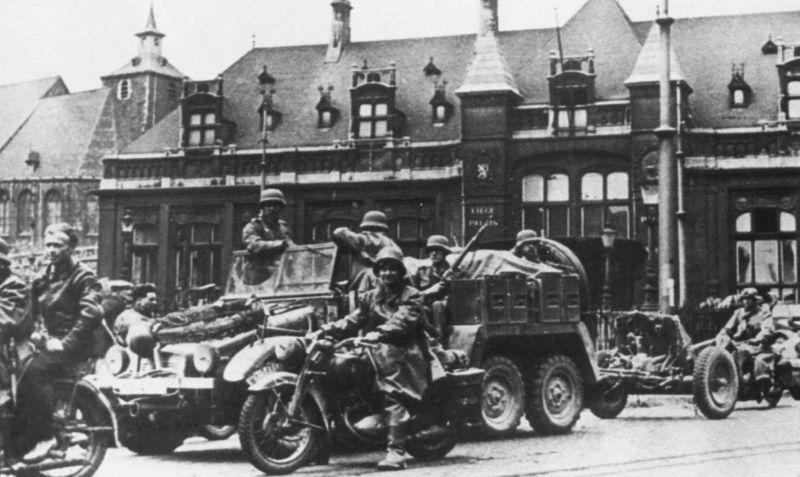 Колонна техники Вермахта на улице Льежа. Май 1940 г.