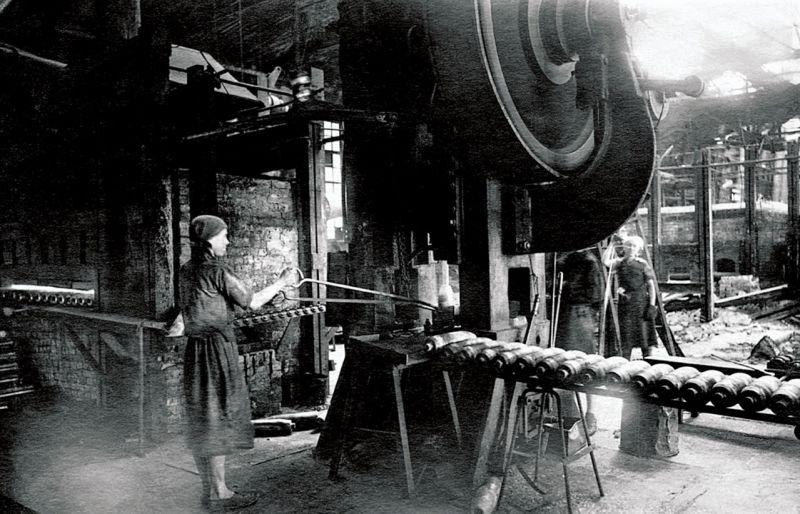 Работницы на поточной линии производства снарядов оборонного завода в Златоусте. 1943 г.