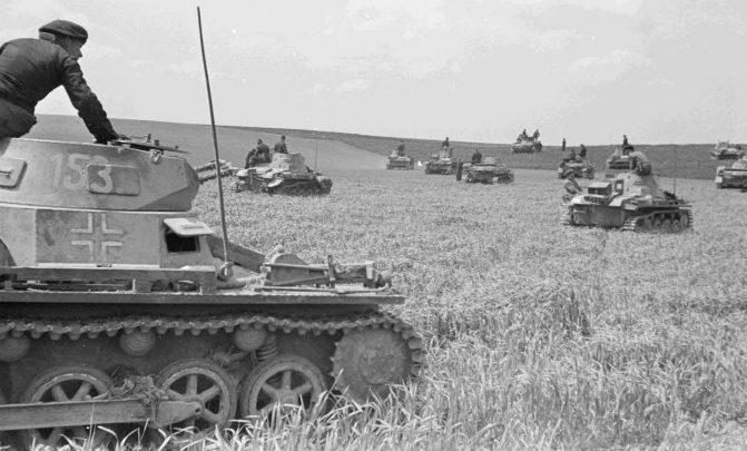 Танки 4-й танковой дивизии во время битвы при Жамблу. Май 1940 г.