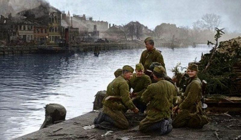 Советские бойцы на берегу Балтийского моря. Апрель 1945 г.