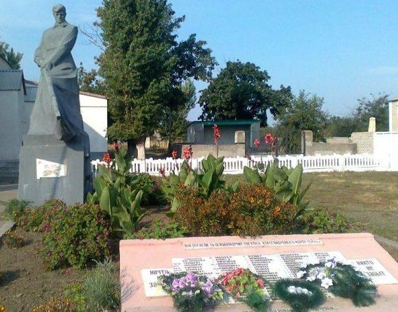 с. Александровка Вознесенского р-на. Памятник, установленный в 1963 году у братской могиле, в которой похоронено 133 советских воина.