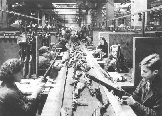 Конвейер сборки автомата ППШ на автозаводе в Москве. 1943 г.