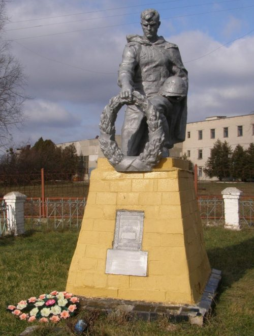 с. Ирклиев Чернобаевского р-на. Памятник, установленный на братской могиле, в которой захоронено 4 советских воина, в т.ч. 2 неизвестных.