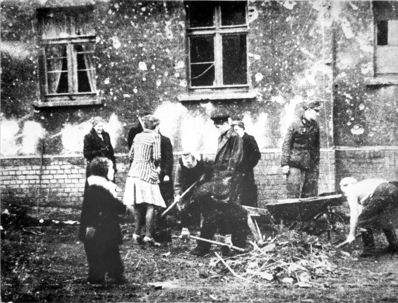 Уборки мусора после окончания боев за город. Апрель 1945 г.