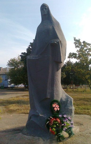 с. Александровка Вознесенского р-на. Памятник «Скорбящая мать», установленный в честь павших односельчан.