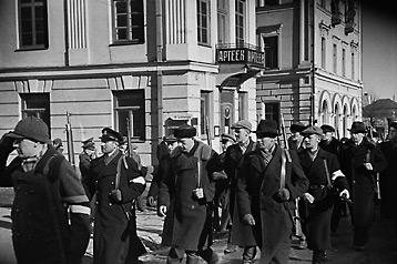 Эстонские силы самообороны участвуют в параде в Тарту. 1941 г.