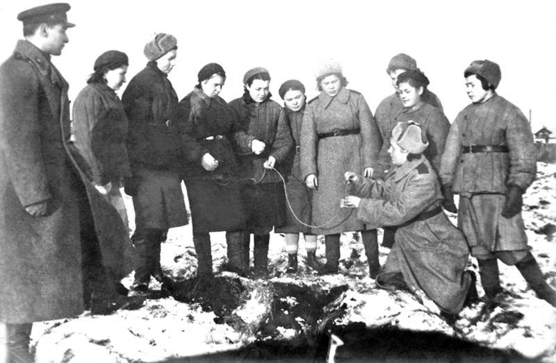 Женщины-подрывники местной противовоздушной обороны (МПВО) на практических занятиях. Март 1943 г.