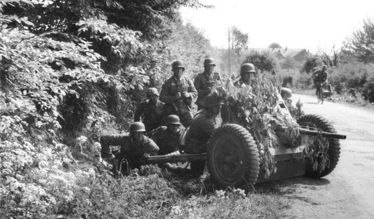 Немецкие солдаты в бою на дороге между Анню и Мердорпом. Май 1940 г.