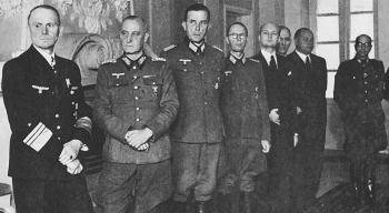 Представители немецкой армии и эстонских властей на торжественном назначении генерального инспектора эстонских вооруженных сил оберфюрера СС Йоханнеса Соодла во дворце Кадриорг. Октябрь 1943 г.