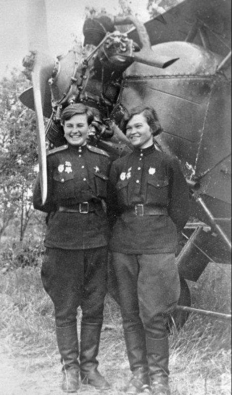 Летчики 46-го гвардейского ночного бомбардировочного авиационного полка у самолета У-2. Июль 1943 г.