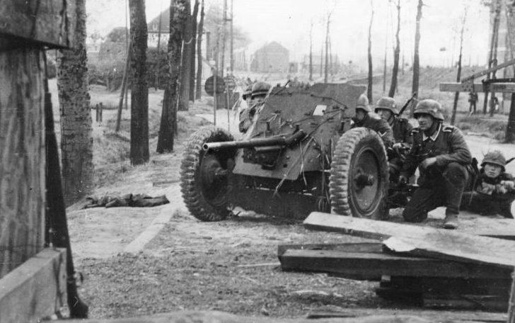 Расчеты немецких орудий во время боев. Май 1940 г.