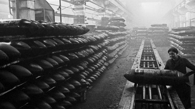 Женщины на производстве снарядов и мин. 1943 г.
