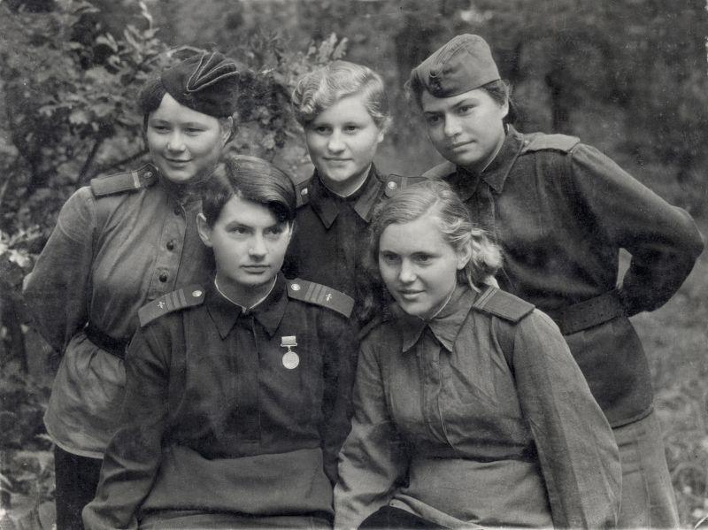 Девушки 487-го истребительного авиаполка. Июль 1943 г.