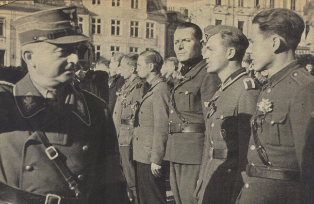 Проводы эстонских легионеров в Таллине на фронт. 1943 г.