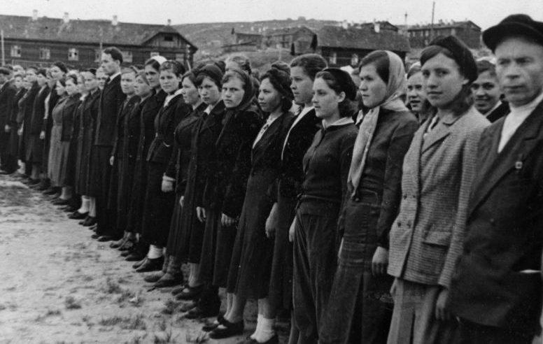 Женщины из подразделения народного ополчения Мурманска на занятиях. Июль 1943 г.