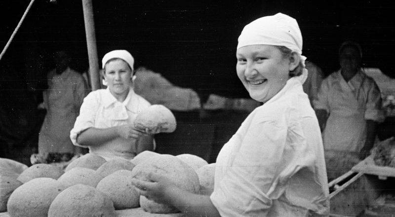 Женщины-пекари гвардейской части в полевой хлебопекарне на Курской дуге. Июль 1943 г.