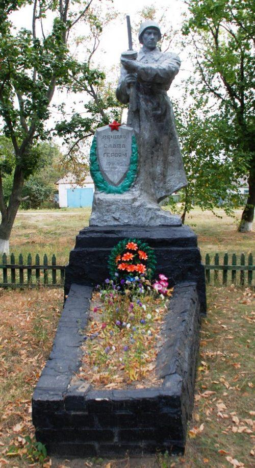 с. Першотравневое Чернобаевского р-на. Братская могила воинов.