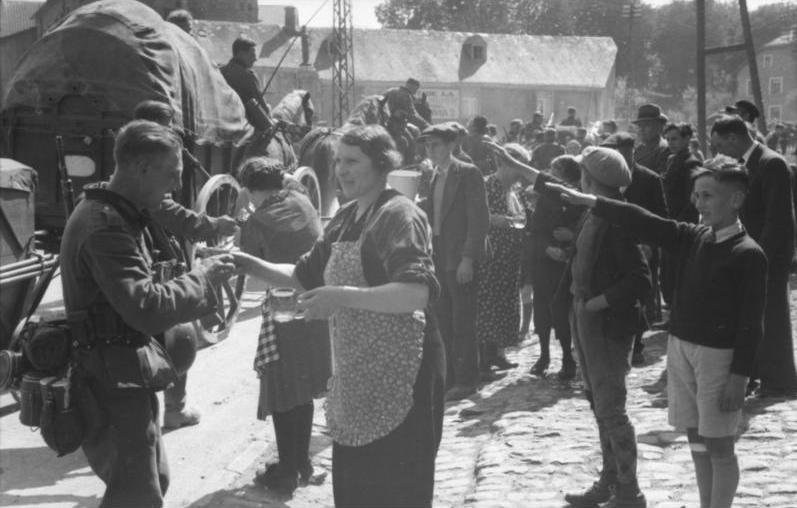 Бельгийцы встречают немцев. Май 1940 г.