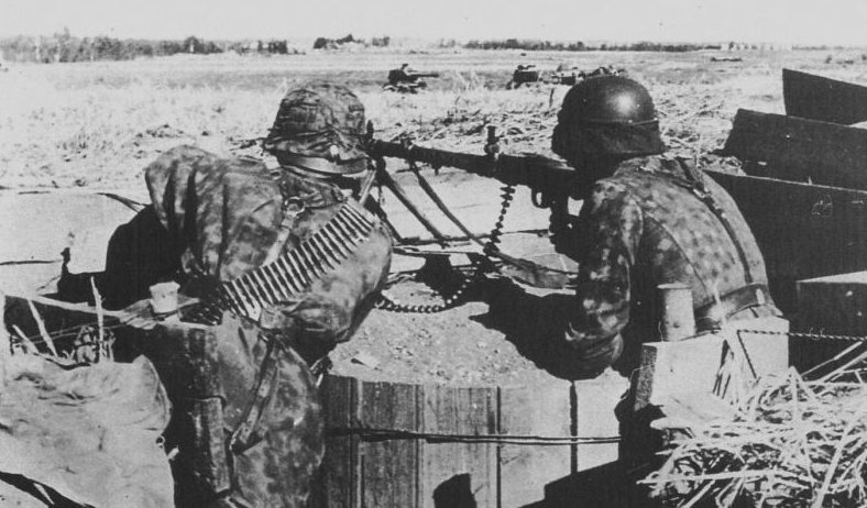 Солдаты войск СС в окопе под Нарвой. Февраль 1944 г.