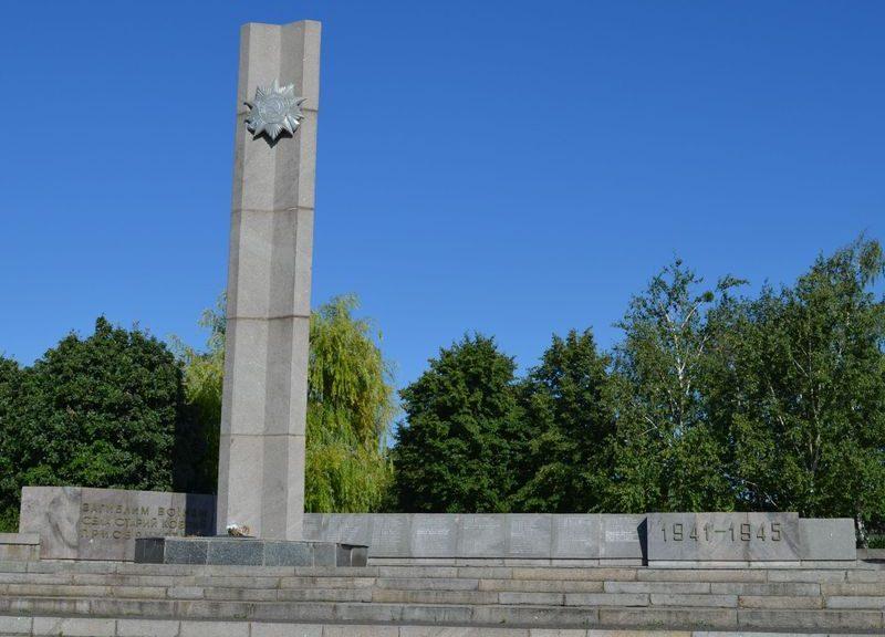 с. Старый Коврай Чернобаевского р-на. Памятный знак погибшим односельчанам.
