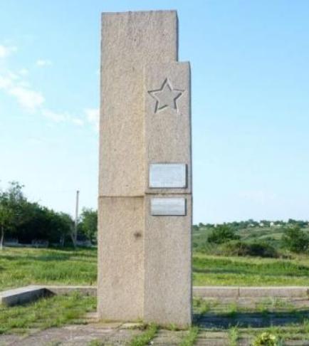 с. Раково Вознесенского р-на. Памятник советским воинам.