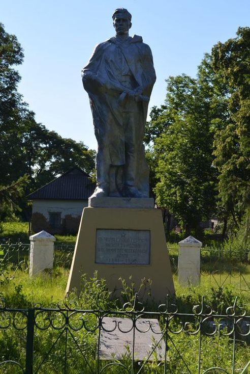 с. Старый Коврай Чернобаевского р-на. Памятник, установленный на братской могиле советских воинов, погибших в боях за село.