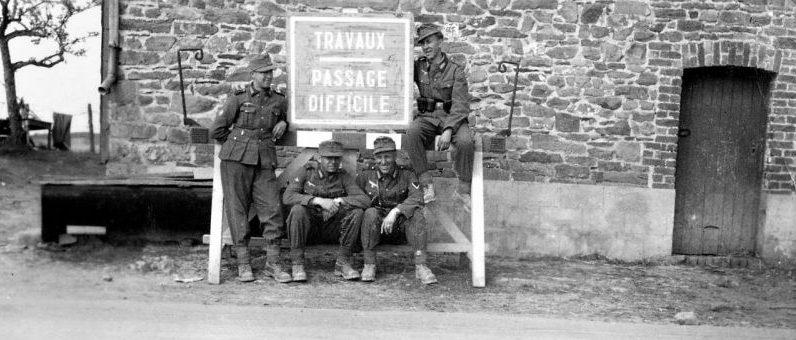 Горные егеря 137-го горно-егерского полка вермахта у дорожного знака в Бельгии. Май 1940 г.