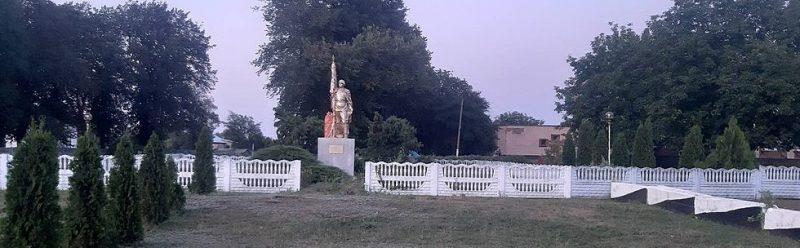 с. Хрестителево Чернобаевского р-на. Памятник, установленный на братской могиле советских воинов.