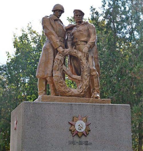 с. Трикраты Вознесенского р-на. Памятник, установленный в 1966 году на братской могиле, в которой похоронен 41 советский воин и подпольщик Мальченко И. Д.