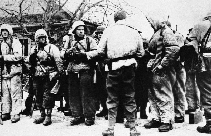 Солдаты 20-й эстонской добровольческой дивизии СС перед боями под Нарвой. Март 1944 г.