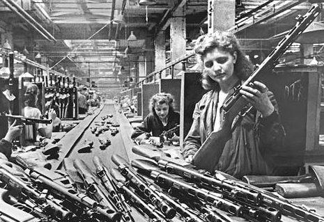 Конвейер сборки автоматов ППШ-41 на заводе имени И.В. Сталина в Москве. 1943 г.