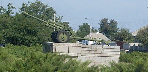 п. Чернобай. Памятник-пушка.
