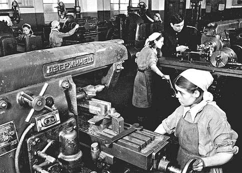 Выпуск оружия на станкостроительном заводе №535 в Туле. 1943 г.