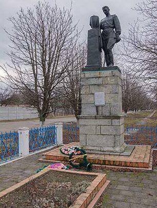 с. Боровица Чигиринского р-на. Памятник, установленный на братской могиле советских воинов.