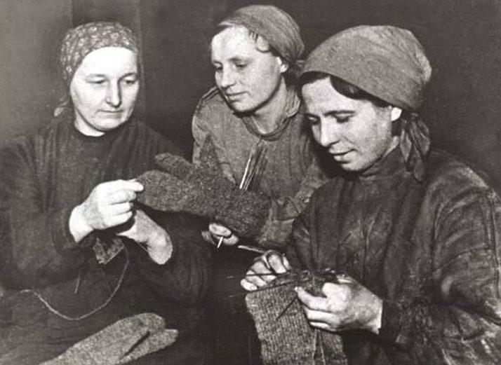 Вязание варежек для советских бойцов. 1943 г.