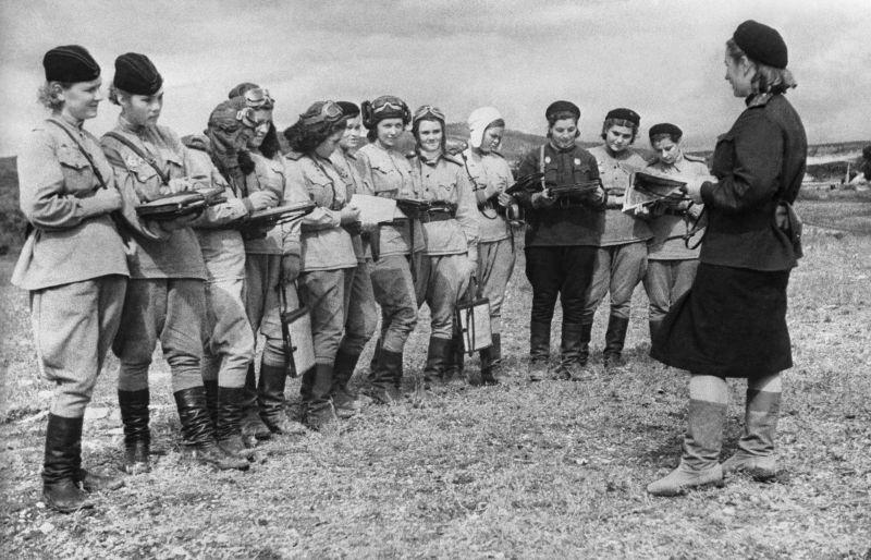 Пилоты 46-го гвардейского Таманского ночного бомбардировочного авиационного полка. Аэродром Геленджика, сентябрь 1943 г.