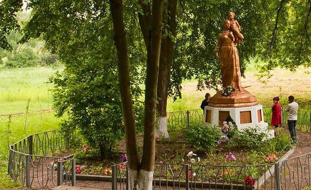 п. Буда Чигиринского р-на. Памятник, установленный на братской могиле мирных жителей.