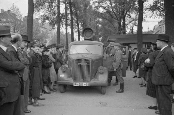 Немецкий пропагандистский грузовик в Брюсселе транслирует объявление о капитуляции Бельгии. Май 1940 г.